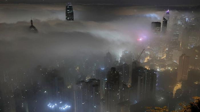 Волны тумана накрыли европейский мегаполис в центре Азии — Гонгконг