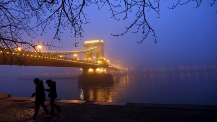 Подвесной мост через реку Дунай в морозный вечер