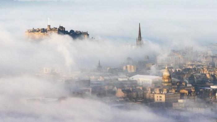 Эдинбург — восточное побережье Шотландия в дымке тумана
