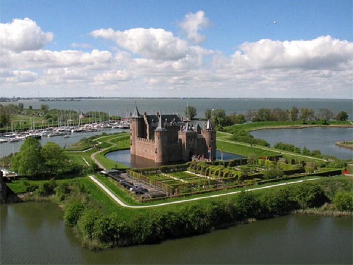 Самый знаменитый и прекрасный замок Нидерландов, был заложен в 1280 году.