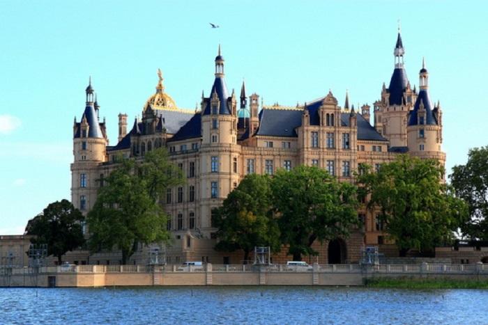 В настоящее время здесь располагается государственный парламент.