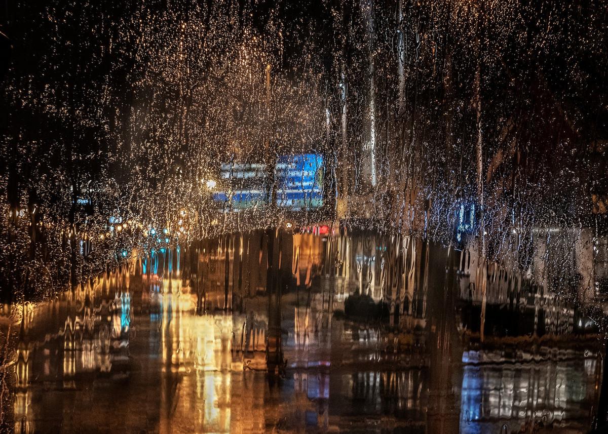 Дождь в городе. Вид из окна автобуса в Мемфисе, США. Автор: Кристин Холт.