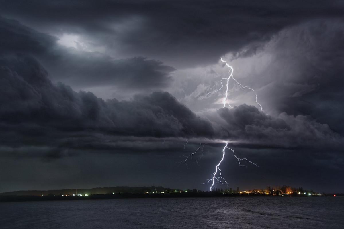 Эффектная молния над заливом в Австралии. Автор: Хьюго Бегг.