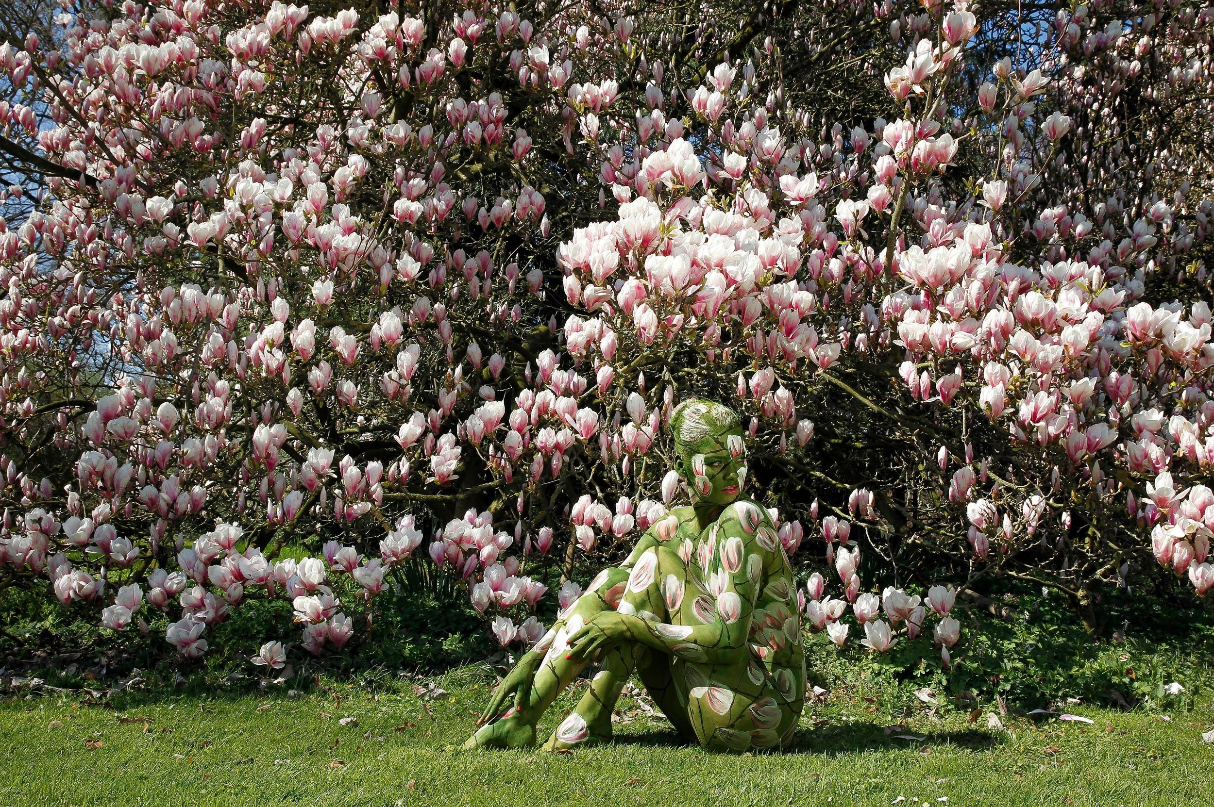 Художник спрятал среди природы 10 голых моделей, и некоторых из них разглядеть почти невозможно