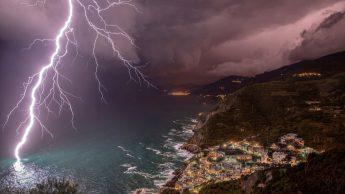 Мощь молнии. Побережье Риомаджоре, Италия. Автор: Елена Сальваи.
