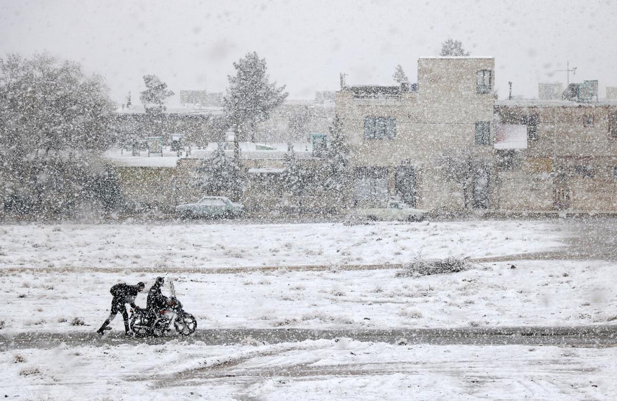 Мотоцикл застрял в снегу зимой в Иране. Автор: Али Багери.