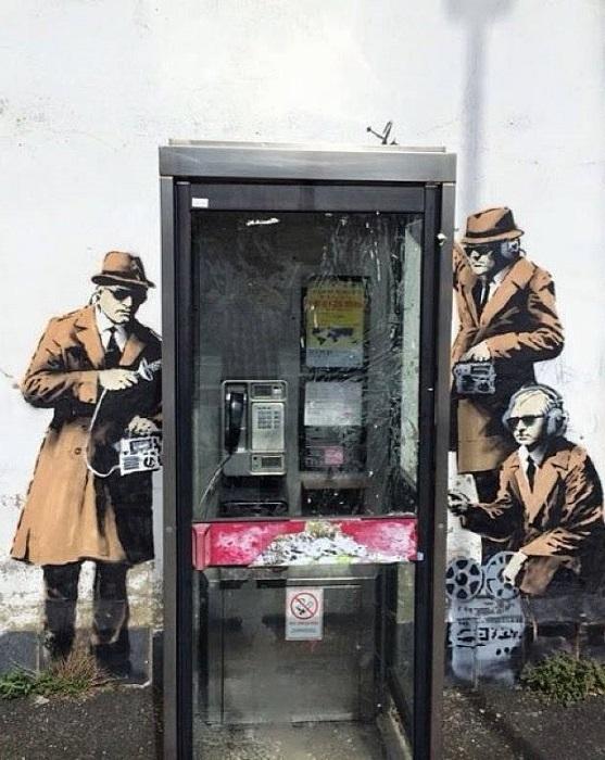 Британский уличный художник Бэнкси (Banksy) продолжает провоцировать эмоции жителей и гостей Челтнема, Англия.