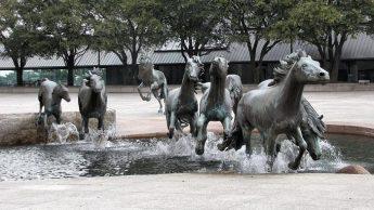 Дикие мустанги - Скульптура, установленная в городе Ирвинг (штат Техас, США).
