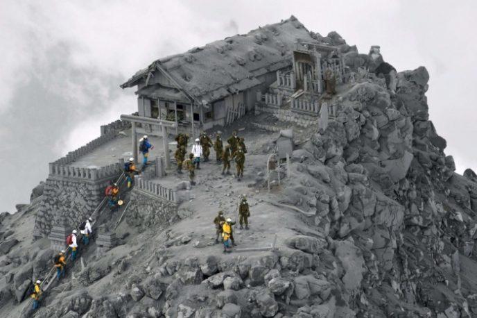 Извержение японского вулкана Онтакэ стало неожиданностью для сейсмологов, а высота столба пепла достигала 10 километров.