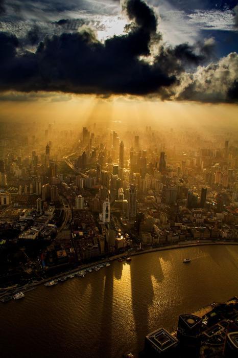 Крановщик Вэй Гэньшэн (Wei Gensheng) сделал снимок города во время работы над вторым по высоте зданием в мире.