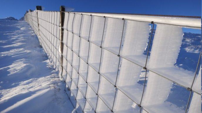 Обледеневший забор, который создан водой и ветром.