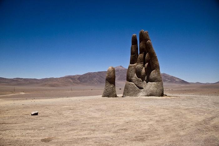 Рука пустыни - Mano del desierto - скульптура в пустыне Атакама (Чили).