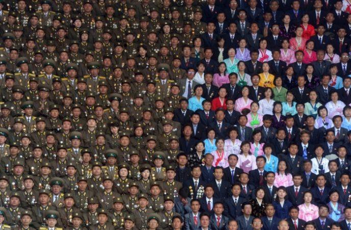 Солдаты северокорейской армии и гражданские во время церемонии памяти основателя Северной Кореи Ким Ир Сена.