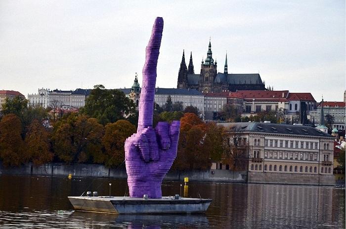 Средний палец – это жест протеста против политического устройства Чехии.