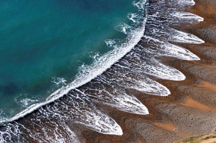 Ученые до настоящего времени не могут объяснить возникновение необычной береговой линии с «острыми» волнами.