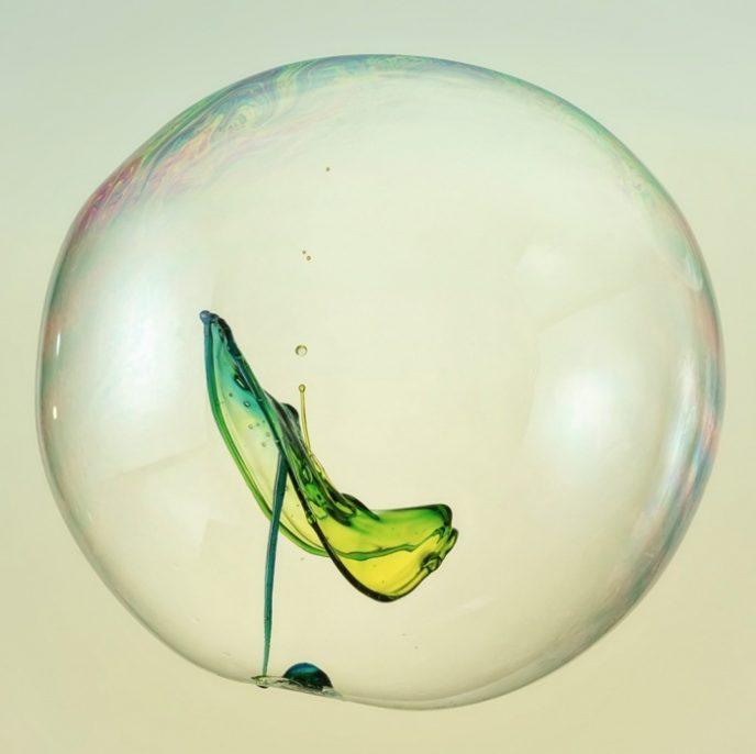 Всплеск, произошедший внутри мыльного пузыря.