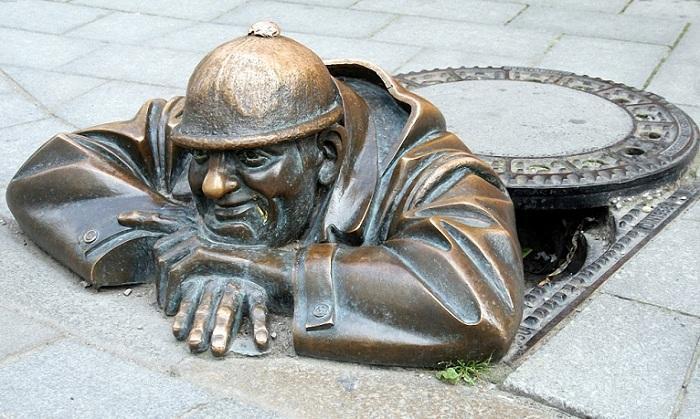 Зевака - Одна из самых фотографируемых скульптур Братиславы (Словакия).