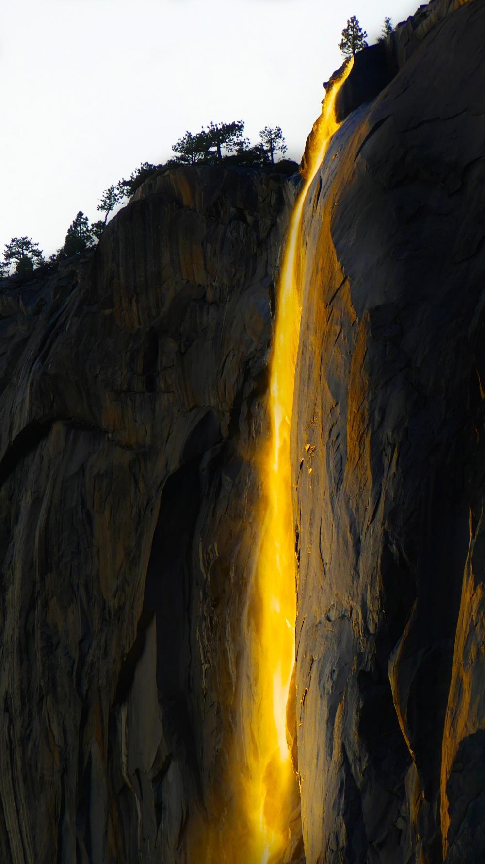Огненный водопад на закате
