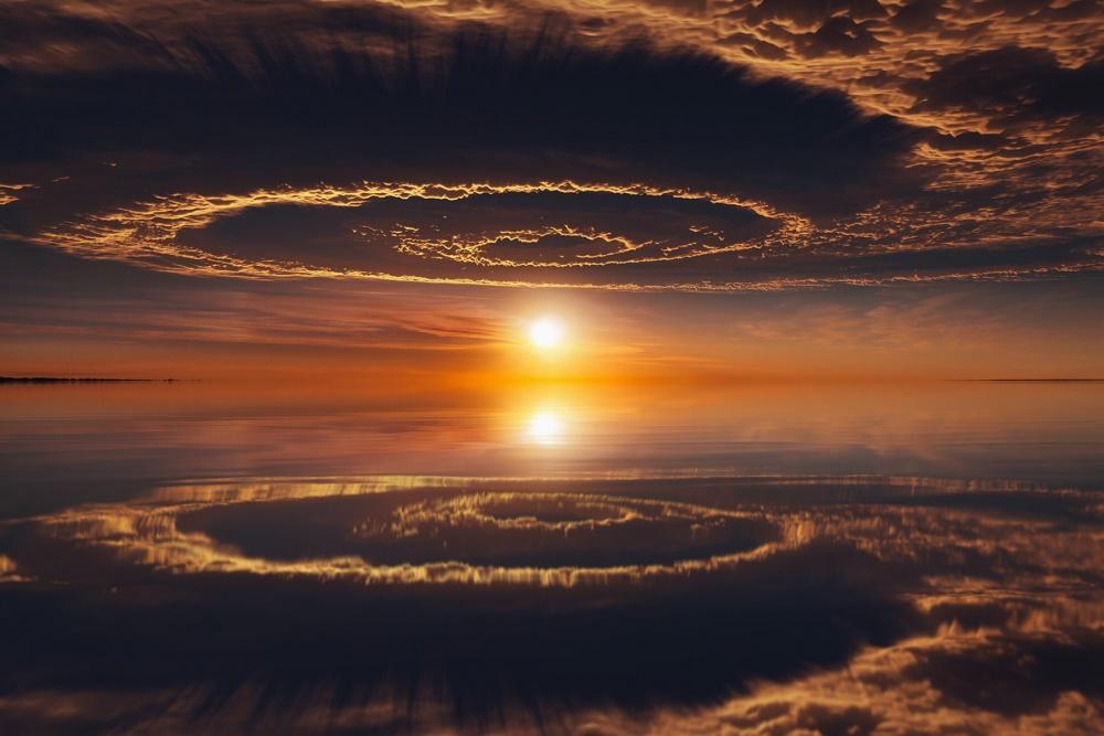 Отражение в озере выглядит как портал в другой мир. Фото: Andrey Mikhailov