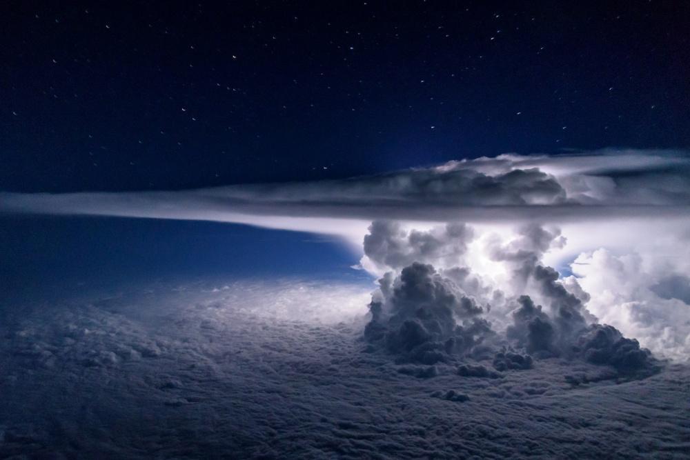 Рождение грозы — вид из самолета на высоте 11 тысяч метров. Фото: Santiago Borja